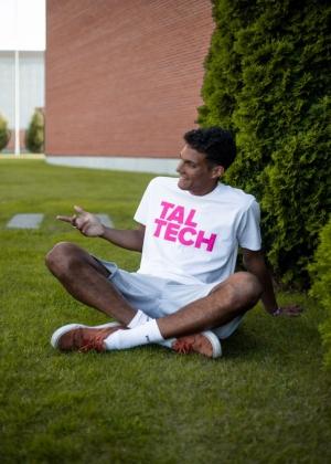 Meeste valge T-särk roosa logoga
