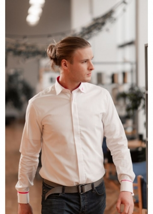 Meeste valge triiksärk roosade elementidega (Regular)