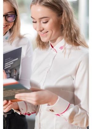 Naiste valge triiksärk roosade elementidega